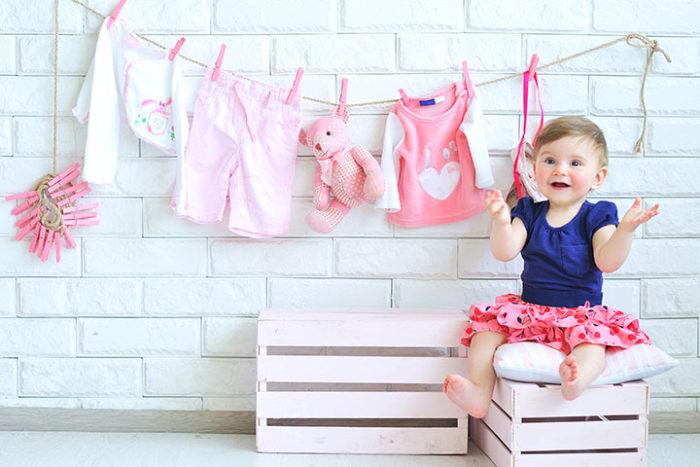 Cho trẻ mặc quần áo sạch sẽ hạn chế nguy cơ bị nấm