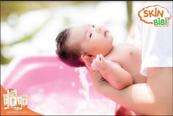 Vệ sinh da bé sạch sẽ mỗi ngày sẽ giúp hạn chế tình trạng da nhiễm nấm